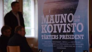 En affisch där det står Mauno Koivisto, Täkters president 17.10.2019.