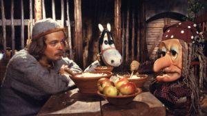 Histamiinin joulukalenteri vuodelta 1980. Roolihahmot tallitonttu Rämäkkä (näyttelijä Harri Hyttinen), noita-akka Anelma-Unelma (nukke) ja Histamiini (nukke).
