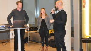 Vasas stadsstyrelseordförande Kim Berg talar med representanter för Vasa studerande.