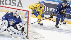 Tirronen och Hakanpää försvarar sig mot Mathias Bromé.