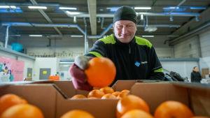 Vantaan kaupungin Yhteinen pöytä -hankkeen työntekijöitä hävikkiterminaalissa, kuvassa Kari Kulju, Vantaan hävikkiterminaali, 20.12.2018.