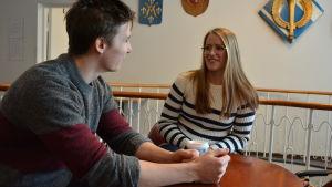 linn engström och walter vuori sitter mitt emot varandra vid ett runt bord i Kåren.