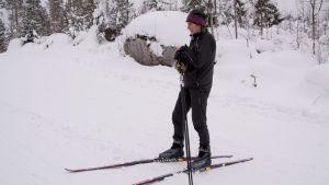 skidåkare står i skidspåret