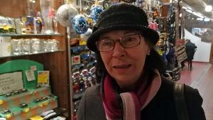 Kvinna i saluhallen Åbo.