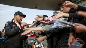 Valtteri Bottas delar ut autografer.