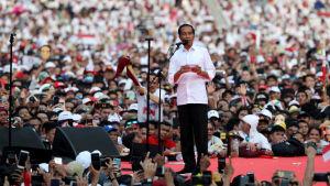 En bild på Indonesiens president Joko Widodo som talar till en folkmassa inför presidentvalet i april 2019.