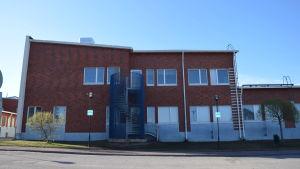 En skolbyggnad med tegelfasad.