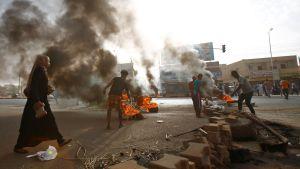 Demonstranter bränner bildäck i Sudans huvudstad Khartoum