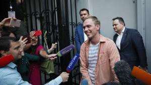 Det var en lättad Ivan Golunov som lämnade inrikesministeriets kontor i Moskva på tisdagen.