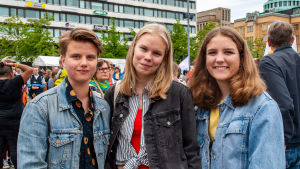 Tre tonårsflickor iklädda jeansjackor.