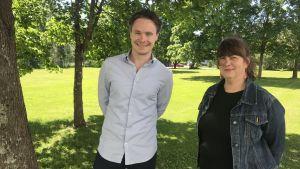 Thomas Karv och Viveca Dahl under ett träd på en gräsmatta.