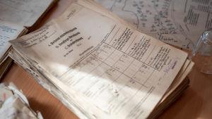 Dokument från 1944 då tyska soldater fanns i Hangö som hittades 2019 i en ventilationskanal i Hangö hamn. På bilden syns ett större dokument.