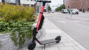 en röd elsparkcykel.
