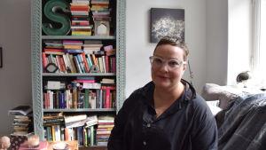 Författaren Sanna Tahvanainen i sitt hem.