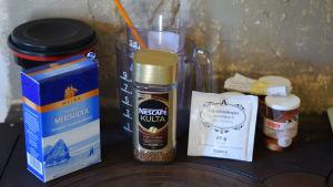 salt, snabbkaffe, askorbinsyra och matsoda. Ingredienser som kan användas till att framställa svartvita bilder.
