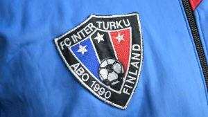 FC Inter Turkus tygmärke fäst på en blå jacka.