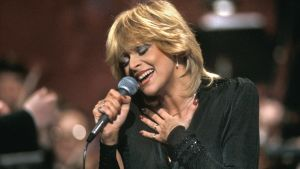 Marion Rung esittää Interviisukarsinnan voittajakappaletta Hyvästi yö.