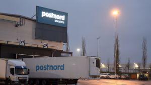 Postnord-kontor och lastbilar.