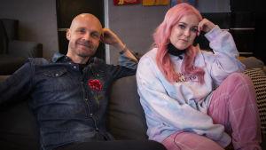 """Juha Tapio ja Ellinoora istuvat sohvalla. He ovat saaneet valmiiksi sankaruusaiheisen kappaleen """"Hiljaisii Heeroksii""""."""