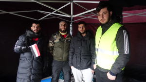 Fyra irakier står i ett tält
