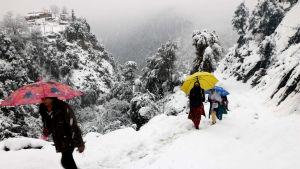 Ett gäng vandrar på snötäckt bergsstig i Neelum-dalen, i den pakistanska delen av Kashmir.