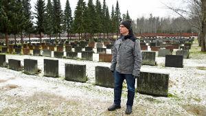 En man bredvid gravar.