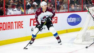 Joonas Donskoi med pucken bakom målet.