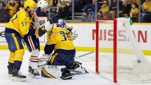Pekka Rinne släpper in en puck mot Edmonton.