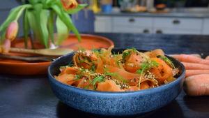 Kulhollinen porkkana salaattia keittiössä