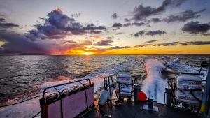 Solnedgång fotad från sjöbevakningsbåt.