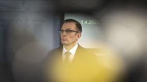 Valtioneuvoston turvallisuusjohtaja Ahti Kurvinen Valtioneuvoston tiedottustilaisuudessa 1.4.2020.