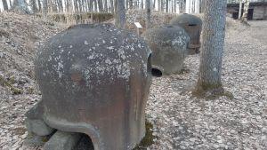 Teräksisiä konekiväärikupuja Marjalan bunkkerimuseon alueella Joensuussa.
