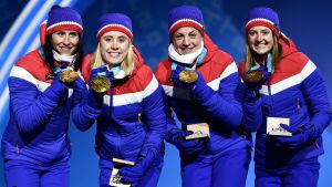 Björgen, Haga, Jacobsen och Flugstad Östberg visar upp sina OS-medaljer i stafett.