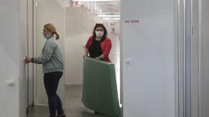 Personal förbereder ett temporärt sjukhus i Moskva