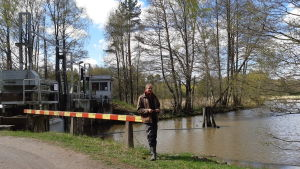 Thage Lidneberg står vid Slussen i Pickala.