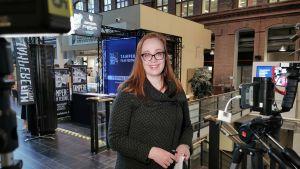 Mobiilijournalisti Mari Vesanummi tekemässä suoraa lähetystä Ylen aamuun.