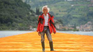På det här fotot taget den 16 juni 2016 poserar Christo på det 4,5 kilometer långa promenadstråket som han skapade på sjön Iseo, i norra Italien.