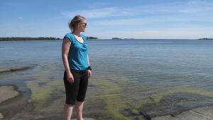 Marinbiolog Camilla Gustafsson blickar ut över havet.