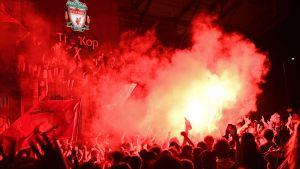 Liverpool supportrarna firar utanför arenan.