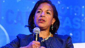 Susan Rice håller i en mikrofon.
