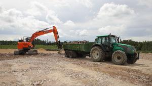 En traktor och en grävmaskin.
