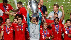 Manuel Neuer lyfter bucklan och lagkamraterna jublar.