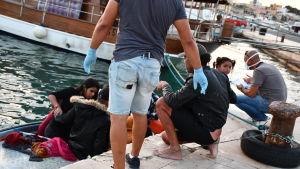 Migranter som anländer till Lampedusa med båt.