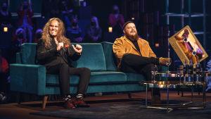 Jarkko Ahola ja Kasmir Elämäni Biisi -sohvalla.
