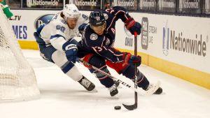 Tampa Bays back Michail Sergatjov försöker få tag på Columbus anfallare Cam Atkinson.