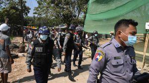 Här tvingades polisen lämna ett bostadsområde i Rangoon på söndagen då de försökte pressa järnvägsanställda att återvända till jobbet.