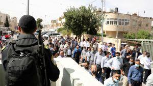 Palestinierna måste passera en gränskontroll innan de kan gå in i Jerusalem för att delta i fredagsbönen