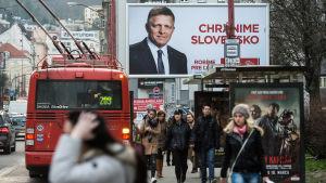 Gatubild från Slovakiens huvudstad Bratislava. Valaffisch med premiärminister Robert Fico i bakgrunden.