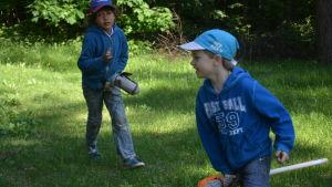 Mihkali och Oliver leker i Rosengårdens förskola.