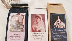 Tre olika teförpackningar med ryska motiv.